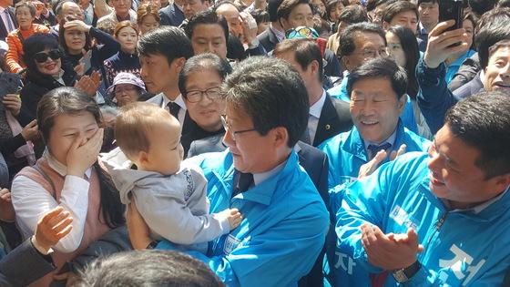 유승민바른정당 대선후보가 지난 3일 대구 서문시장을 찾아 유권자들을 만나고 있다. 대구=최우석 기자