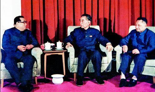 1975년 4월 중국을 방문한 김일성(왼쪽)이 문병차 저우언라이(가운데)를 찾아 담소하고 있다. 오른쪽은 덩샤오핑. [사진 김명호]