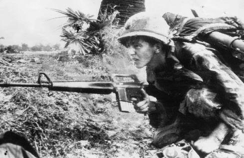 캄보디아 전쟁 당시 낚시바늘 지역에 공수된 美 25보병사단 소속병사가 M16소총을든채 공산군의 저격을 피해 논두렁에 몸을 감추고 있다. [사진 중앙포토]