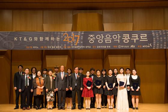 제43회 중앙음악콩쿠르 시상식에 참석한 심사위원, 시상자, 수상자들