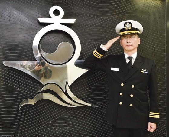 이국종 아주대 교수가 소령 계급장이 달린 정복을 입고서 경례를 하고 있다. 이 교수는 11일 명예해군대위에서 명예해군소령으로 진급했다. [사진 해군]