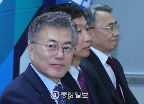 문재인 더불어민주당 대선후보가 11일 서울 여의도 당사에서 열린 긴급안보상황점검회를 가졌다. 오종택 기자