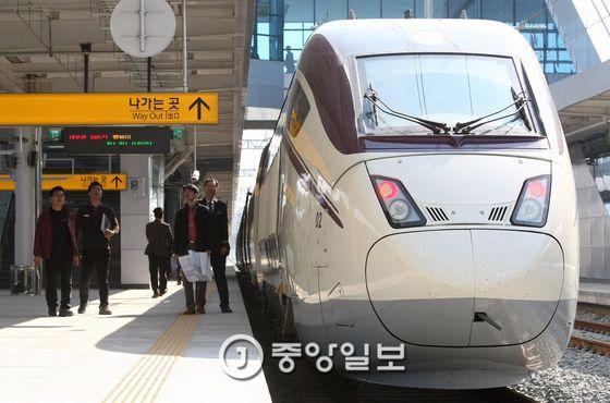 2015년 3월 25일 경북 포항시 흡해읍 이인리 포항역에 동대구역~포항역 구간에서 시운전 중인 신형 KTX 산천Ⅱ가 정차해 있다. [프리랜서 공정식]