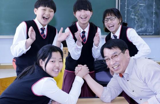 지난 10일 회인중 이의현교장과1학년 학생들이 교실에서 팔씨름을 하고 있다. 앞줄 왼쪽부터 양은경(13)양, 고명재(13)군, 양승예(12)ㆍ이지현(12)양, 이의현(60) 교장. 보은=프리랜서 김성태