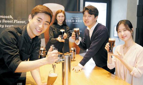 지난달 28일 서울 종로구 세종로에 있는 스타벅스 광화문점에서 바리스타들이 새로 나온 커피 메뉴인 '나이트로 콜드 브루'를 선보였다.[사진 스타벅스커피 코리아]