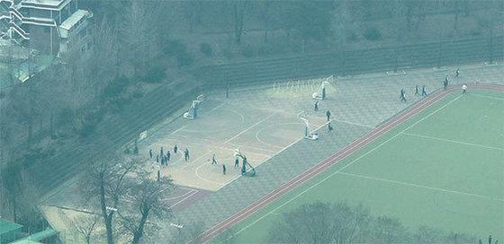 미세먼지가 자욱한 날 운동장에서 체육수업을 하고 있는 학교의 모습. [중앙포토]