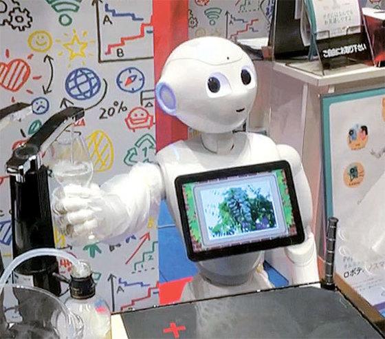 소프트뱅크가 개발한 인공지능 로봇 페퍼가 올해 2월 일본 도쿄에서 열린 '2017 페퍼월드'에서 와인을 따르는 기능을 보여주고 있다. [사진 유진투자증권]