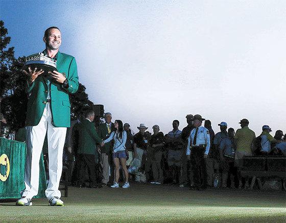 갤러리의 환호 속에 그린 재킷을 입고 마스터스 우승 트로피를 들어올린 세르히오 가르시아. [오거스타 AP=뉴시스]