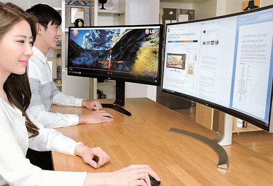 LG전자 모델들이 21대9 화면비 '울트라와이드 모니터'를 사용해 보고 있다. LG전자는 전 세계 21대9 모니터 시장에서 지난해 67%시장 점유율을 기록해 4년 연속 1위를 차지했다. [사진 LG전자]