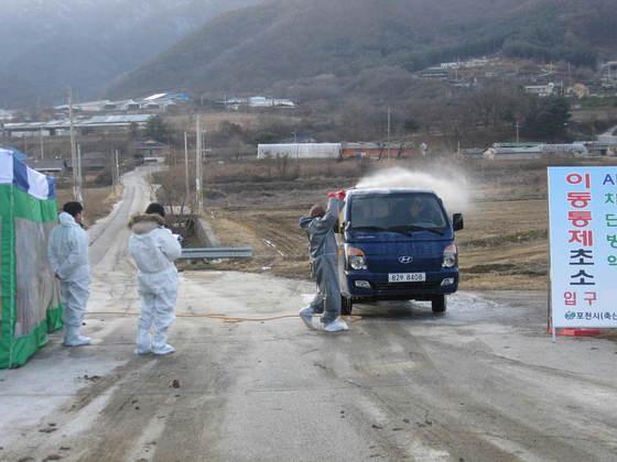 경기도 포천시 이동통제초소에서의 AI 차단방역 모습   전익진 기자