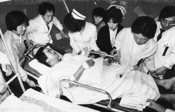 아웅산 폭발테러 부상자 11명이 10일 KAL특별기편으로 김포공항에 도착 병원으로 이송되고 있다.