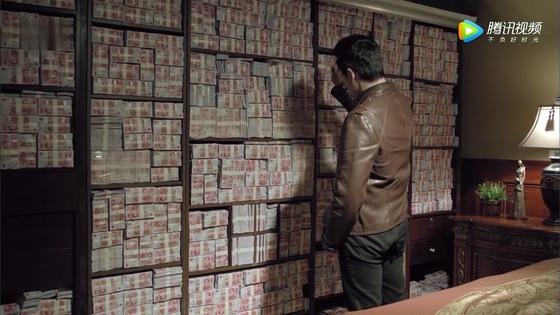 중국 반부패 정치 드라마 '인민의 이름으로' 도입부에 나오는 부패 관리의 현금 은닉 장면 [텅쉰스핀 캡처]