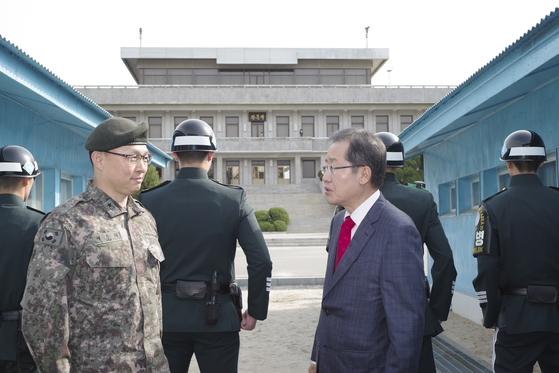 홍준표 자유한국당 후보가 11일 JSA(공동경비구역)을 방문했다. 캠프 제공