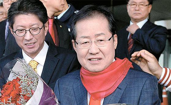 홍준표 자유한국당 대통령 후보는 10일 경남도청에서 도지사 퇴임식을 했다. [뉴시스]