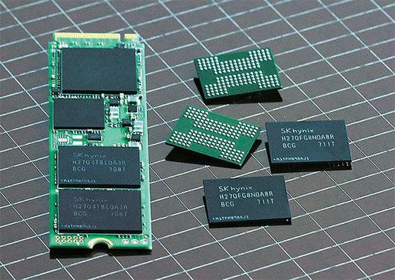 SK하이닉스가 세계 최초로 개발한 72단 256Gb 낸드 플래시 메모리 반도체. [사진 SK하이닉스]