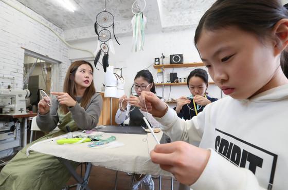 윤성미 퍼플박스 대표와 소년중앙 TONG 기자 3명이 드림캐처를 만들고 있다.