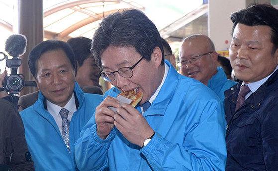 유승민 바른정당 대통령 후보는 10일 청주 육거리시장을 찾아 상인들을 만났다. [뉴시스]