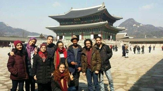 전북대 석사과정의 모로코 유학생 9명이 지난 2월 서울 경복궁에서 기념촬영했다. [사진 전북대]