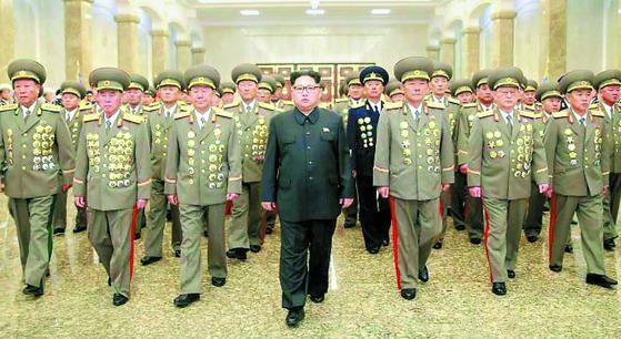 지난해 4월 15일 북한 김정은이 김일성 104회 생일인 태양절을 맞아 금수산태양궁전을 참배하고 있다. [노동신문]