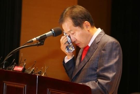 홍준표 자유한국당 대선 후보가 10일 퇴임식 도중 눈물을 흘리고 있다. [사진 경남도청]