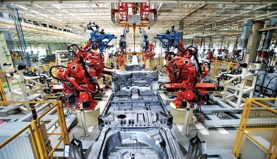 중국 톈진에 있는 한 자동차 공장의 생산라인 내부 [사진 www.limitstogrowth.org]
