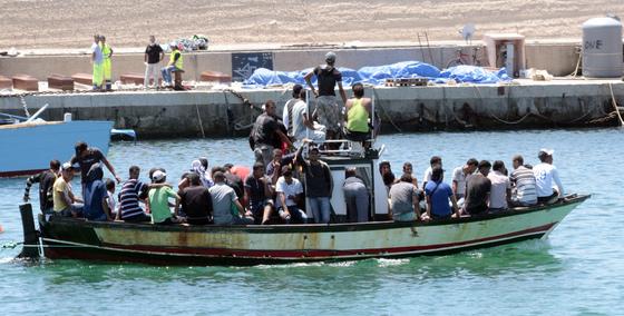 리비아에서 이탈리아로 향하는 난민 보트. [중앙포토]