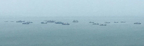 지난 4일 연평도에서 바라본 서해에 중국 어선들이 떠 있다. 11일에는 이 일대에 중국 어선이 한 척도 나타나지 않았다. [뉴시스]