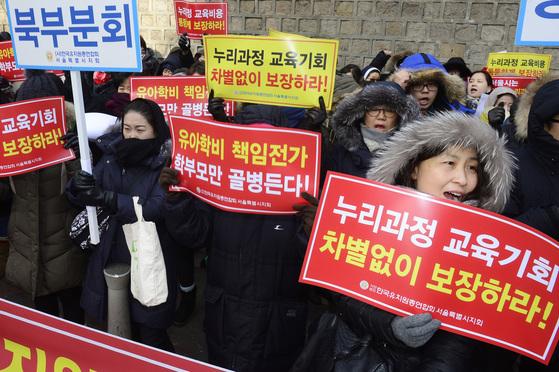 2016년 1월 20일 누리과정 예산 편성을 둘러싸고 정부와 시도교육감의 갈등이 계속되는 가운데서울 덕수궁 돌담길 인근에서 한국유치원총연합회 서울지회 회원들과 학부모들이 참여해집회를 열었다.