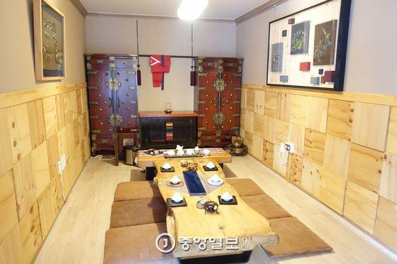 이훈동정원 들목에 있는 '차살림&자수 카페 다가올'의 다실. 낡은 일본식 주택을 수리했지만 이렇게 꾸며 놓으니 갤러리 같다. 카페에는 이런 방이 3개, 테이블이 3개 있다.