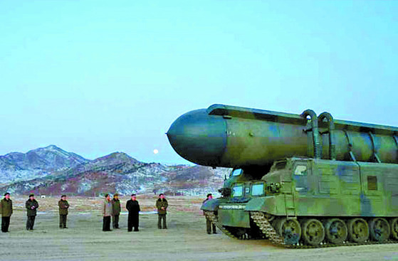 지난 2월 북한 김정은 노동당 위원장이 북극성 2형 미사일 시험발사 현장을 참관했다. 북한은 신형 무기 개발을 이어가고 있다. [사진 중앙포토]