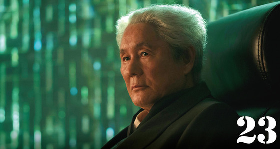 일본의 유명 감독 겸 배우인 기타노 다케시(70)는 '코드명 J'(1995, 로버트 롱고 감독)에 이어 두 번째로 할리우드 영화에 출연했다.'고스트 인 더 쉘'에서 기타노의 이름은 '비트 기타노 다케시('Beat' Kitano Takeshi)'라고 소개된다.이는 기타노의 배우 활동명인 '비트'와, 영화감독으로 활동할 때 쓰는 본래 성(姓) '기타노'를 함께 표기한 것이다.