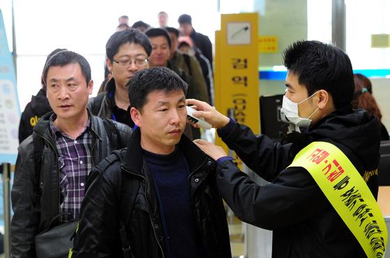 이달 6일 중국에서 조류 인플루엔자에 감염된 2명 중 1명이 사망했다. 중국 위생 당국은 작년 11월부터 올 1월까지 H7N9형 AI 감염자 429명 중 99명이 사망했다고 전했다.  [ 뉴스1 ]