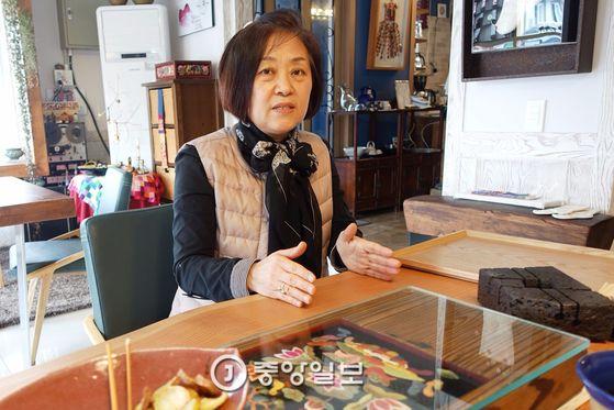'카페 다가올'의 주인 오경희씨는 20년 넘게 전통차 공부를 했고 계간 『차생활』에 '차 살림과 자수'라는 칼럼을 7년째 연재하고 있다.