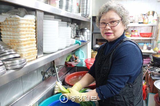 '초원음식점' 여주인 한만임씨는 목포시가 지정한 목포음식명인 제12호다. 지정 종목이 '갈치조림'인데 이 집 메뉴판에는 '갈치찜'이라고 씌어있다. 같은 음식이다.