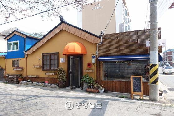 낡은 일본식 주택을 수리한 '카페 다가올'의 외관이 아주 깔끔하다. 길 하나 건너면 유달초등학교다.