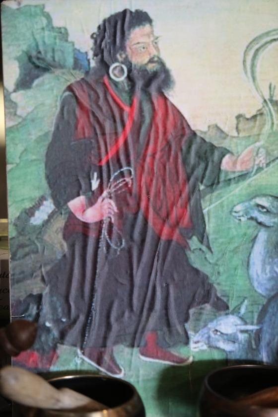 기행을 일삼은 것으로 유명한 '미친 성자' 드룩파 쿤리. 개를 끌고 다니며 수행했다는 이야기를 그렸다.
