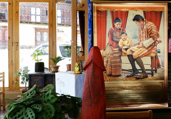 국왕과 왕비의 사진 앞에도 버젓이 놓아둘 만큼 부탄 사람들에게 남근상은 친숙하다.