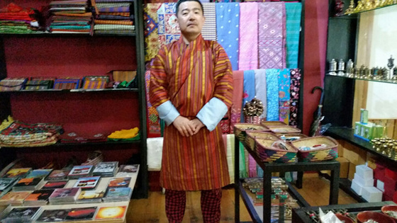 파루의 한 리조트 숍에서 부탄 남성 전통복장 고(Gho)를 입어봤다. 의외로 잘 어울려 깜짝 놀랐다. 사진 속 제품은 85달러다.
