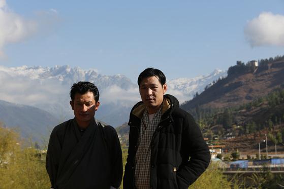 1주일 동안 기자와 동행한 운전기사 길레(30, 왼쪽)와 가이드 왕디 챠도로(33). 인상은 강하지만 푸근한 청년들이다.
