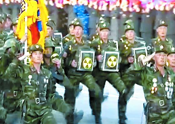 지난 10일 북한 노동당 창건 70주년 열병식에서 '핵 배낭' 마크를 단 보병부대가 김정은 국방위 제1위원장 앞에서 행진하고 있다. [사진제공=조선중앙TV 캡처]