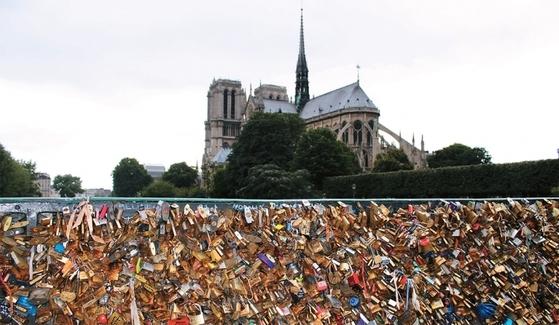 파리 세느강에 있는 사랑의 자물쇠 다리.