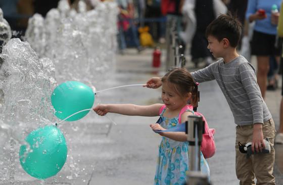 서울에 온 영국 어린이 이안(6)과 에밀리(3) 남매가 풍선을 들고 물장난 치고 있다. 신인섭 기자