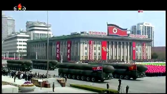 북한이 15일 열병식에서 공개한 신형 대륙간탄도미사일(ICBM). [사진 조선중앙TV]