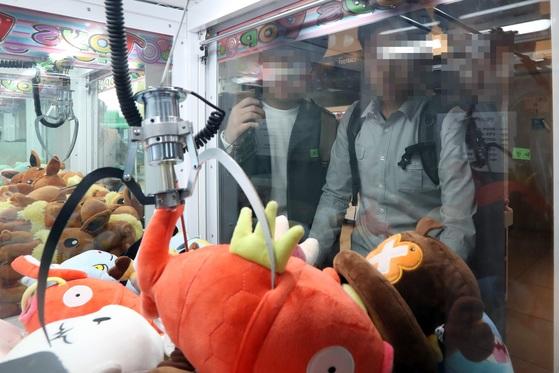 지난 11일 오후 서울 양천구 목동역 인근 인형뽑기방에서 학생들이 인형뽑기를 하고 있다. 김경록 기자