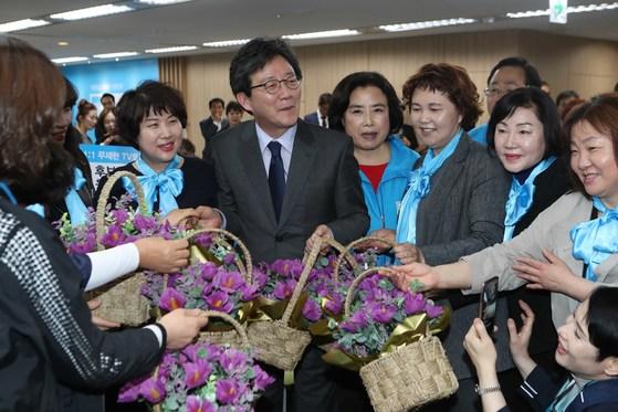 바른정당 유승민 대선 대통령 후보가 지난 14일 서울 여의도 당사에서 열린 '유승민후보 지지 전국여성대회'에서 지지자들이 주는 무궁화 꽃 바구니를 받고 있다. 오종택 기자