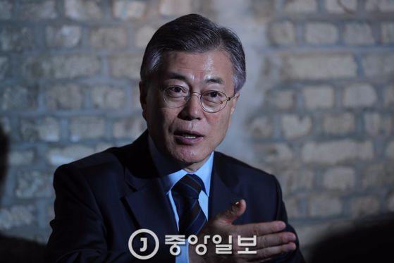 문재인 더불어민주당 대선후보가 9일 서울 홍대 앞 한 카페에서 본지 기자와 인터뷰하고 있다. 오종택 기자 20170409