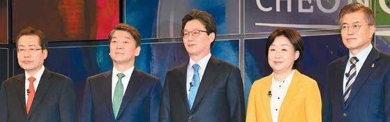 지난 13일 SBS와 한국기자협회 주최로 열린 TV 토론에서 홍준표·안철수·유승민·심상정·문재인 후보(왼쪽부터)가 포즈를 취하고 있다. [사진 국회사진기자단]