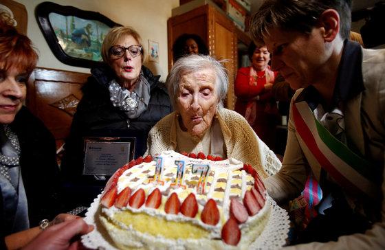 엠마 모라노 할머니가 지난해 11월 29일 117번째 생일을 맞아 생일 케이크 촛불을 끄고 있다. [로이터=뉴스1]