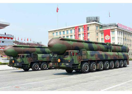 15일 북한 열병식에 등장한 신형 대륙간탄도미사일(ICBM). 최대 사거리가 1만 1000㎞로 추정된다. [사진 노동신문]
