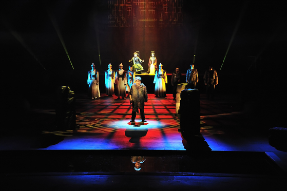 전라도 사투리만으로 재현한 연극 '맥베스 411'의 공연 장면. 맥베스가 왕으로 즉위하는 장면이다. [사진 아시아문화전당]